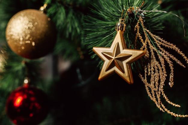 Weihnachtsspielzeug auf dem weihnachtsbaum. geschmückte christbaumkugel.