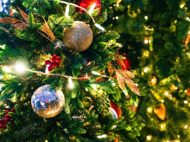 Weihnachtsspielzeug auf der weihnachtsbaumnahaufnahme