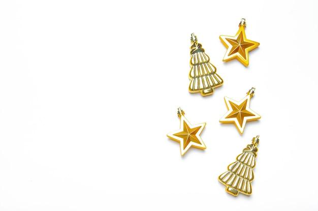Weihnachtsspielzeug auf weißem hintergrund. isolieren. gelbes spielzeug. speicherplatz kopieren. artikel über neujahr und weihnachten.