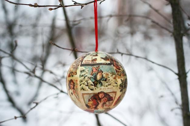 Weihnachtsspielzeug im wintergarten