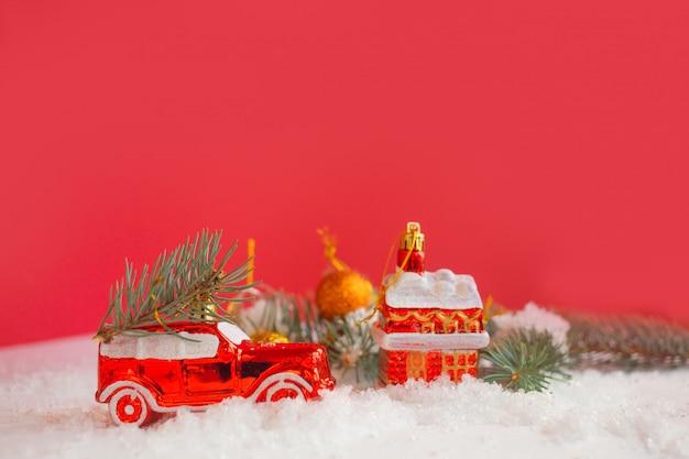 Weihnachtsspielzeug in einem verschneiten hintergrund.