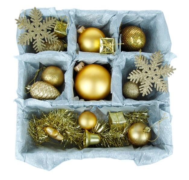 Weihnachtsspielzeug in holzkiste isoliert auf weiss