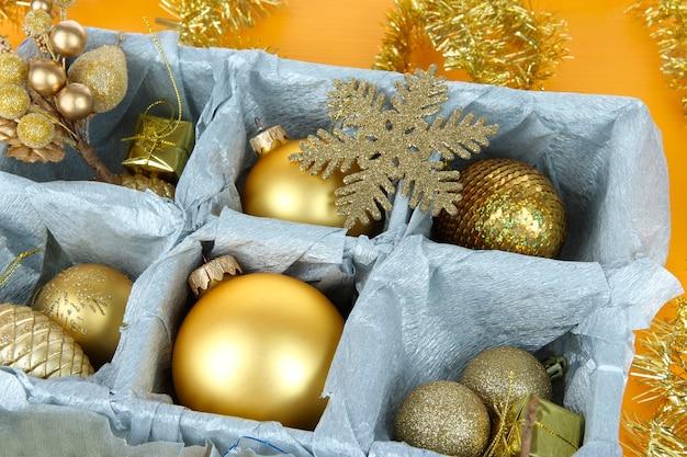 Weihnachtsspielzeug in holzkiste
