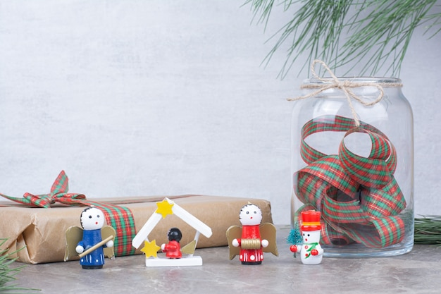 Weihnachtsspielzeug mit glas, geschenk und bogen.
