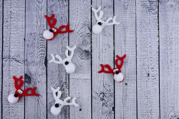 Weihnachtsspielzeug rentier auf einem hölzernen hintergrund
