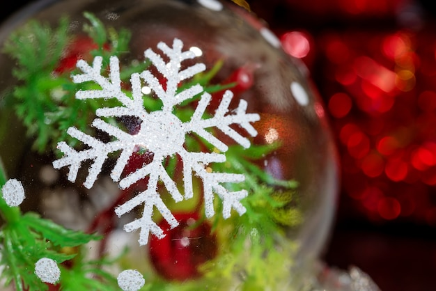 Weihnachtsspielzeug schneeflocke schillert in verschiedenen farben. bokeh-effekt. weihnachtshintergrund. neujahrskarte.