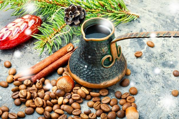 Weihnachtsspielzeug und kaffee