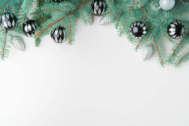 Weihnachtsspott oben mit kiefernniederlassungen auf weiß, kopienraum, flatlay