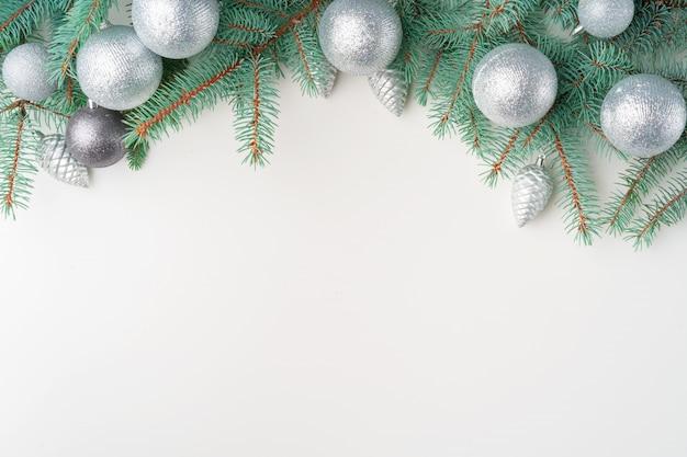 Weihnachtsspott oben mit kiefernniederlassungen auf weißem hintergrund, kopienraum, flatlay