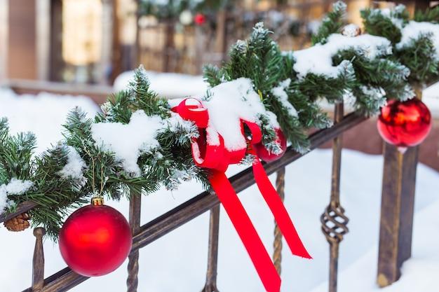 Weihnachtsstadtbild - dekorieren geländer veranda. weihnachtskugeln und -bänder.