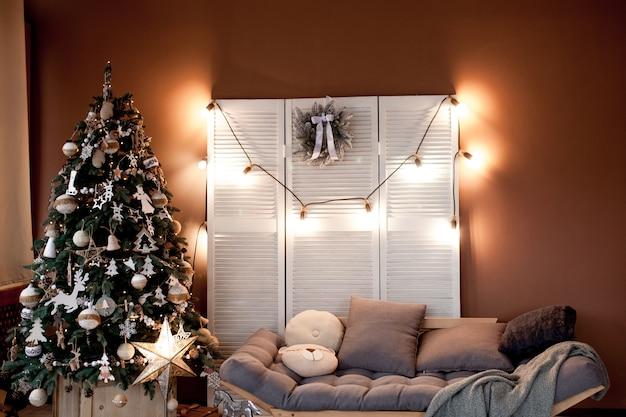 Weihnachtsstandort mit weihnachtsbaum und dekoration.