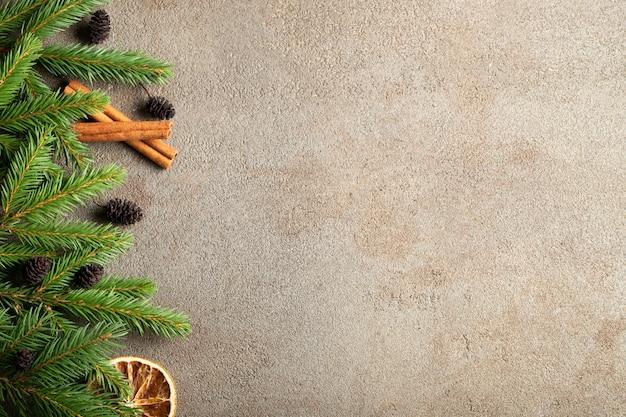 Weihnachtsstein mit schneetannenbaum.