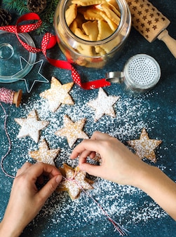 Weihnachtsstern cookies. frauenverpackungs-weihnachtsgeschenk, draufsicht