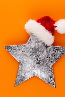 Weihnachtsstern, dekor auf pastellfarbenem hintergrund. weihnachten oder neujahr minimales konzept.