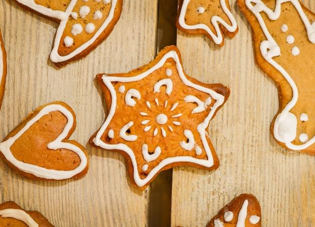 Weihnachtsstern-lebkuchenplätzchen auf holztisch.