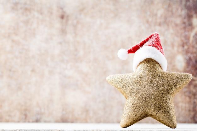 Weihnachtsstern mit weihnachtsmütze. jahrgänge hintergrund.