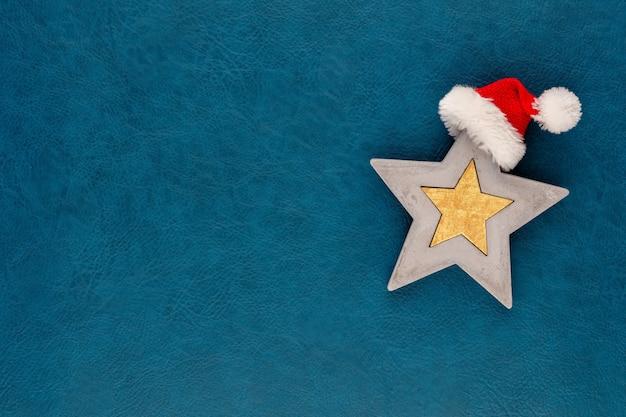 Weihnachtsstern mit weihnachtsmützendekoration
