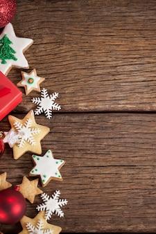 Weihnachtssterne auf einem holztisch