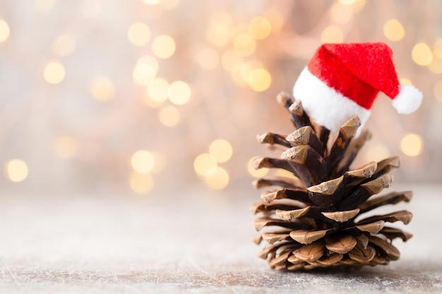 Weihnachtssterne dekor mit weihnachtsmütze. urlaub bohek hintergrund.