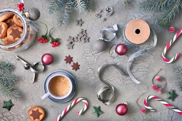 Weihnachtssternplätzchen auf rustikalem grünem hintergrund mit den tannenzweigen und weihnachtsdekorationen