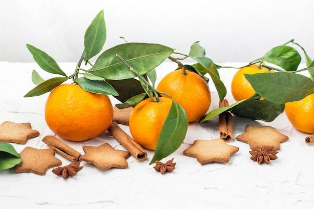 Weihnachtssternplätzchen mit gewürzen und mandarine
