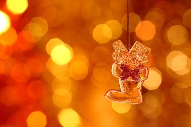 Weihnachtsstiefel auf goldunschärfehintergrund