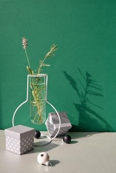 Weihnachtsstillleben, minimale anordnung mit winterblumen in moderner glasvase und weißem weihnachtsdekor Premium Fotos