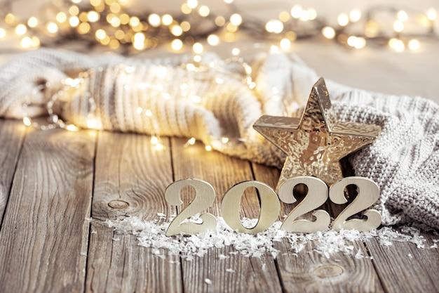 Weihnachtsstillleben mit dekorativen zahlendekordetails auf unscharfem hintergrund