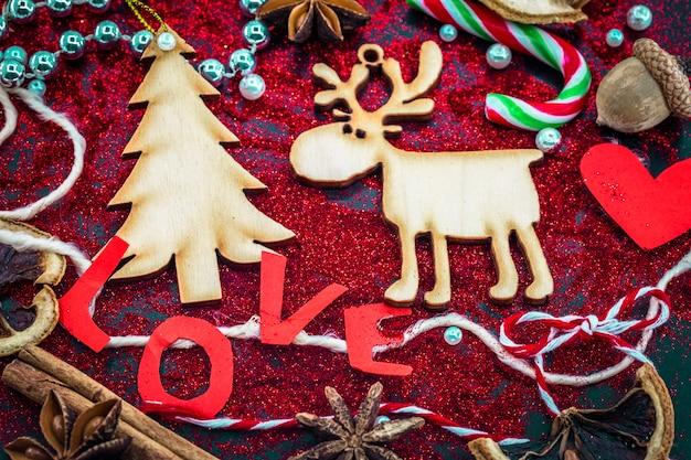 Weihnachtsstillleben mit etikettenliebe und holzspielzeug