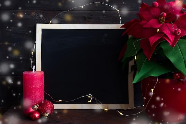 Weihnachtsstillleben mit weihnachtsstern, gaultheria und dekorationen auf holztisch