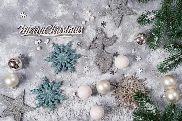 Weihnachtsstillleben. silber spielzeug