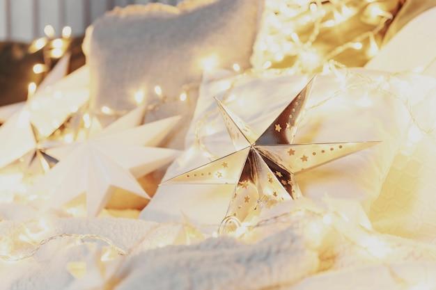Weihnachtsstimmung oder neujahr glückliche zeit dekorationen silberpapier sternform