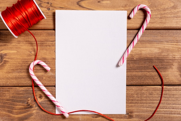 Weihnachtsstöcke und leerbeleg auf bretterboden