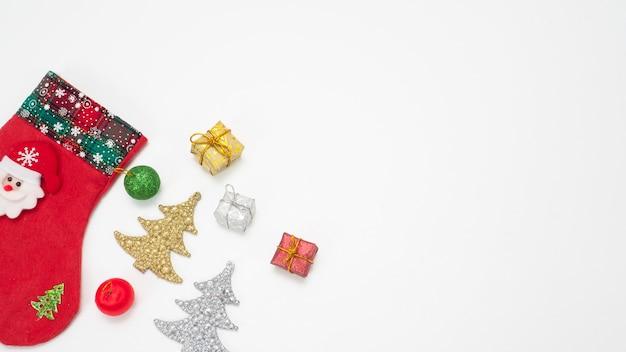 Weihnachtsstrumpf mit objekt ornament neujahr konzept draufsicht kopie raum weiß isoliert