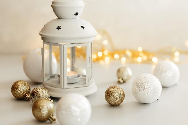 Weihnachtsszene. feiertagsgrußkarten-entwurf. kerzenhintergrund. neujahrskonzept 2021 auf weißem hintergrund.