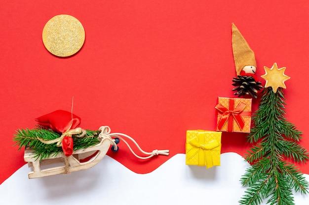 Weihnachtsszene mit puppenelfe und schlitten und geschenken und fichte