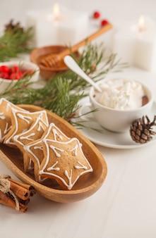 Weihnachtstabelleneinstellung mit ingwerplätzchen und -kakao. weihnachtshintergrundkonzept.