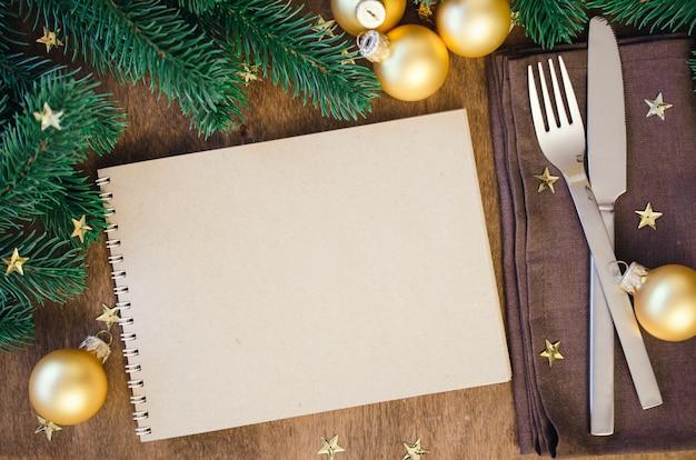 Weihnachtstabellengedeck für abendessen mit notizbuch