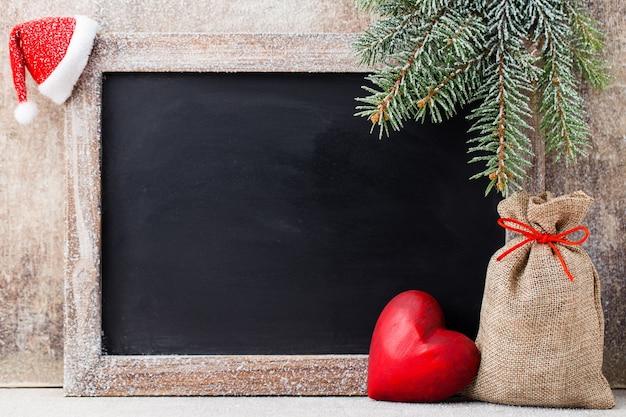Weihnachtstafel und dekoration über holz.