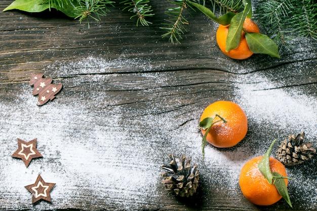 Weihnachtstangerinen auf hölzernem hintergrund