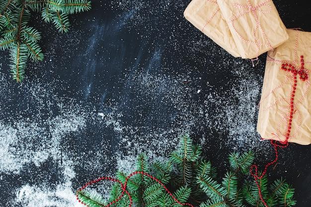Weihnachtstanne auf dem tisch