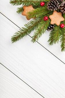 Weihnachtstanne auf hellem holzhintergrund dekoriert