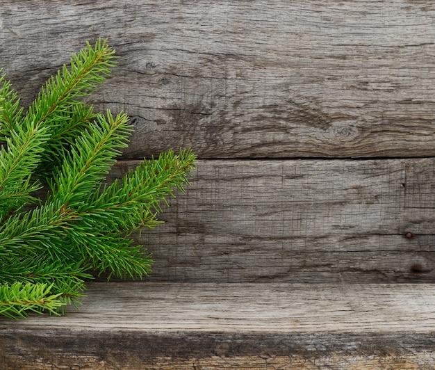 Weihnachtstannenbaum auf altem hölzernem hintergrund