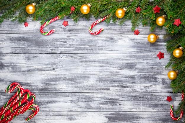 Weihnachtstannenbaum auf hölzernem hintergrund