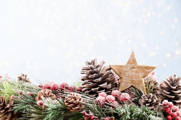 Weihnachtstannenbaum mit bokehhintergrund. frohe weihnachten und ein glückliches neues jahr. weihnachtsbokehhintergrund mit schneetannenbaum. draufsicht mit kopierraum für ihren text.