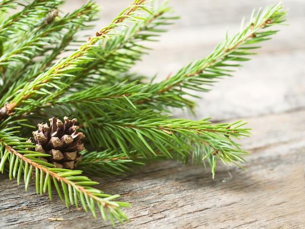 Weihnachtstannenbaum mit dekoration auf einem hölzernen brett