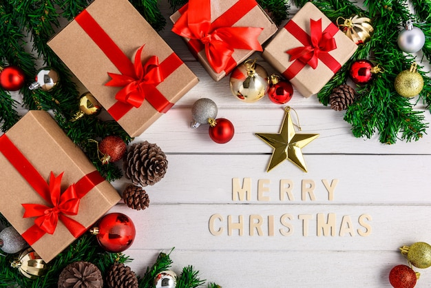 Weihnachtstannenbaum mit dekoration auf weißem hölzernem brett