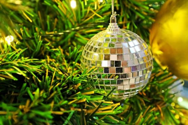 Weihnachtstannenbaum mit dekoration, kristallkugel. selektiver fokus