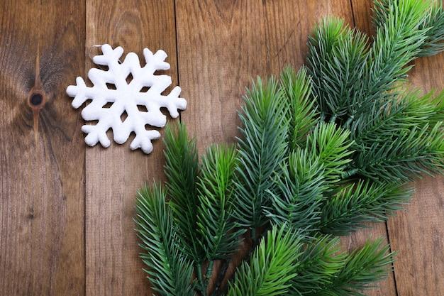 Weihnachtstannenbaum und -dekorationen auf hölzernem hintergrund