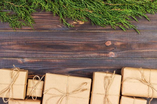 Weihnachtstannenbaumaste mit geschenkbox
